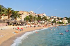 Playa asombrosa de Podgora con la gente. Croacia Imagenes de archivo
