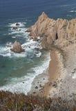 Playa atlántica ocultada en Portugal, agua clara Imagen de archivo libre de regalías