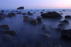 Playa azul en la oscuridad Fotografía de archivo
