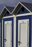 Playa azul y blanca de la cabina en Rímini, mar adriático Imágenes de archivo libres de regalías