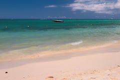 Playa, barco de motor, océano Trou Biches aux., Mauricio Imagen de archivo libre de regalías