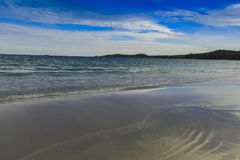 Playa Beautifu y cielo azul Imágenes de archivo libres de regalías