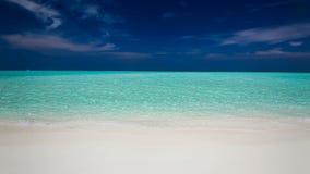 Playa blanca con las pequeñas ondas en una isla tropical almacen de metraje de vídeo