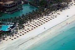 Playa blanca con los paraguas foto de archivo