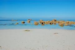 Playa blanca de la arena, Bretaña, Francia Imagenes de archivo
