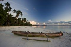Playa blanca de la arena con el barco en la puesta del sol Fotografía de archivo