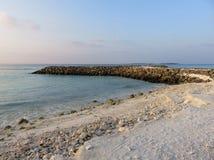 Playa blanca de la arena con el océano Imagen de archivo libre de regalías