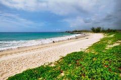Playa blanca de la arena de Makalawena Fotografía de archivo