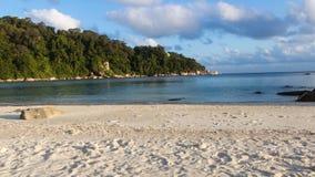 Playa blanca de la arena en la isla tropical Imagen de archivo libre de regalías