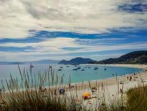 Playa blanca de la arena en las islas de Cies, España Fotos de archivo libres de regalías