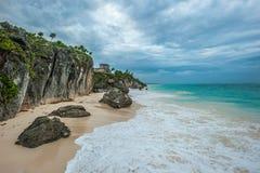 Playa blanca de la arena y ruinas de Tulum, Yuacatan, México Imagenes de archivo