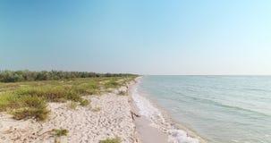 Playa blanca en la región de Kiliya, Ucrania de la arena almacen de metraje de vídeo