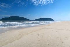 Playa blanca hermosa con las montañas en el fondo Fotos de archivo