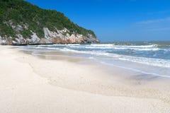 Playa blanca hermosa de la arena en el sur de Tailandia Foto de archivo libre de regalías