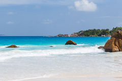 Playa blanca hermosa de la arena en Seychelles foto de archivo