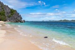 Playa blanca hermosa en la isla negra, Coron, Palawan imagenes de archivo