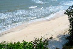 Playa blanca hermosa y sola de la arena Fotos de archivo libres de regalías