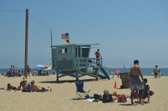Playa blanca magnífica de la arena en los posts de Santa Monica With Its Pretty Lifeguard 4 de julio de 2017 Días de fiesta de la Fotos de archivo