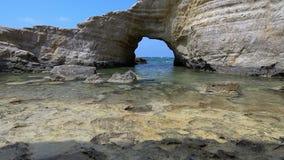 Playa blanca Mar Mediterráneo Paisaje del mar de Chipre con una orilla rocosa almacen de metraje de vídeo