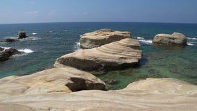 Playa blanca Mar Mediterráneo Paisaje del mar de Chipre con una orilla rocosa almacen de video