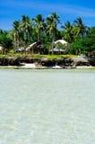 Playa blanca rocosa tropical hermosa de la arena con las palmas Foto de archivo libre de regalías