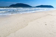 Playa blanca sola de la arena, en el sur de Tailandia Imagenes de archivo