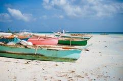 Playa blanca tropical de la arena con las palmeras verdes y los barcos de pesca parqueados en la arena Paraíso exótico de la isla Fotografía de archivo