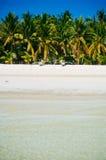 Playa blanca tropical de la arena con las palmeras verdes y los barcos de pesca parqueados en la arena Paraíso exótico de la isla Imagen de archivo