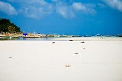 Playa blanca tropical de la arena con las palmeras verdes y los barcos de pesca parqueados en la arena Paraíso exótico de la isla Fotografía de archivo libre de regalías