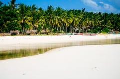 Playa blanca tropical de la arena con las palmeras verdes y los barcos de pesca parqueados en la arena Paraíso exótico de la isla Foto de archivo