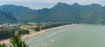 Playa blanca tropical de la arena en Khao Sam Roi Yot National Park, Tailandia Imagen de archivo