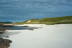 Playa blanca y Machair de la arena en la costa oeste de la isla del Io Imagenes de archivo