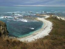 Playa blanca y mar azul en el invierno, Nueva Zelanda Foto de archivo