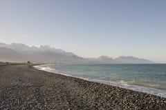 Playa blanca y mar azul en el invierno, Nueva Zelanda Foto de archivo libre de regalías