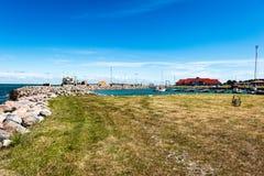 Playa cómoda del mar Báltico con las rocas y el vegetat verde Imagen de archivo libre de regalías