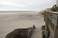 Playa Carolina del Sur de la locura, el 17 de febrero de 2018 - redes del voleibol en la playa con el cielo bastante cubierto Fotos de archivo