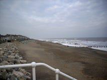 Playa, centro turístico, rompeolas y mar Fotos de archivo