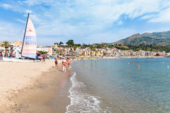 Playa cerca de la costa de Giardini Naxos Fotos de archivo libres de regalías