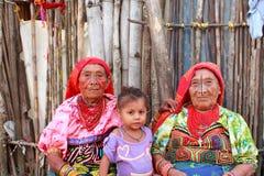 Playa Chico by, Panama - Augusti, 4, 2014: Tre utvecklingar av indiska kvinnor för kunaen i infödd dressförsäljning handcraft klä Royaltyfri Foto