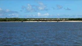 Playa, chozas y árboles privados del río almacen de metraje de vídeo