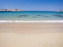 Playa con agua tranquila Imágenes de archivo libres de regalías