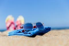 Playa con balanceos, gafas de sol del mar Imagen de archivo libre de regalías