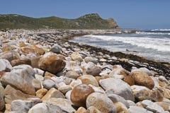 Playa con Cabo de Buena Esperanza de los cantos rodados. Foto de archivo