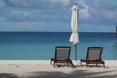 Playa con dos sillas de cubierta en Maldives Imágenes de archivo libres de regalías