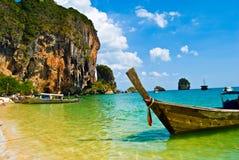 Playa con el barco Imagenes de archivo