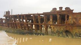 Playa con el barco aherrumbrado almacen de video