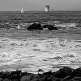 Playa con el barco en distancia Fotografía de archivo libre de regalías