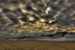 Playa con el cielo dramático Imagen de archivo libre de regalías