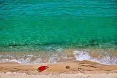 Playa con el flotador y el anillo inflables imagen de archivo libre de regalías