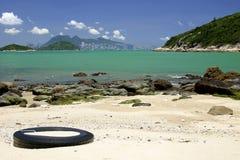 Playa con el horizonte de Hong-Kong Imagenes de archivo